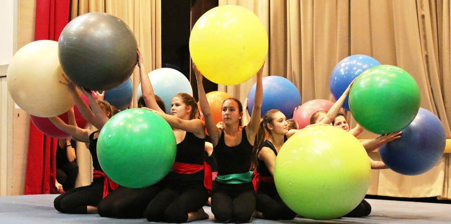 Tolles Bild: Turnerinnen des TV Hausen mit ihrer raumgreifenden Ball-Nummer   | Foto: hans-jürgen Hege