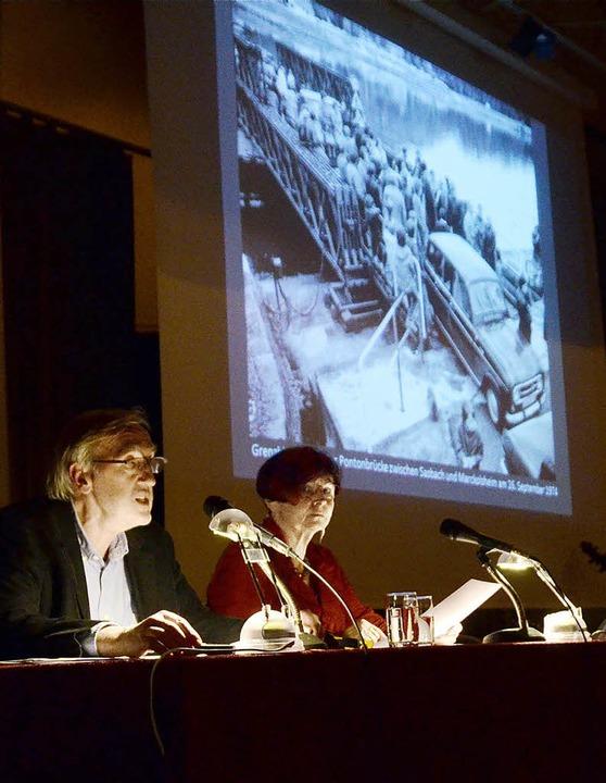 Vor der Ansicht eines Fotos von der Gr...e aus den Erinnerungen von Zeitzeugen.  | Foto: Marius Alexander