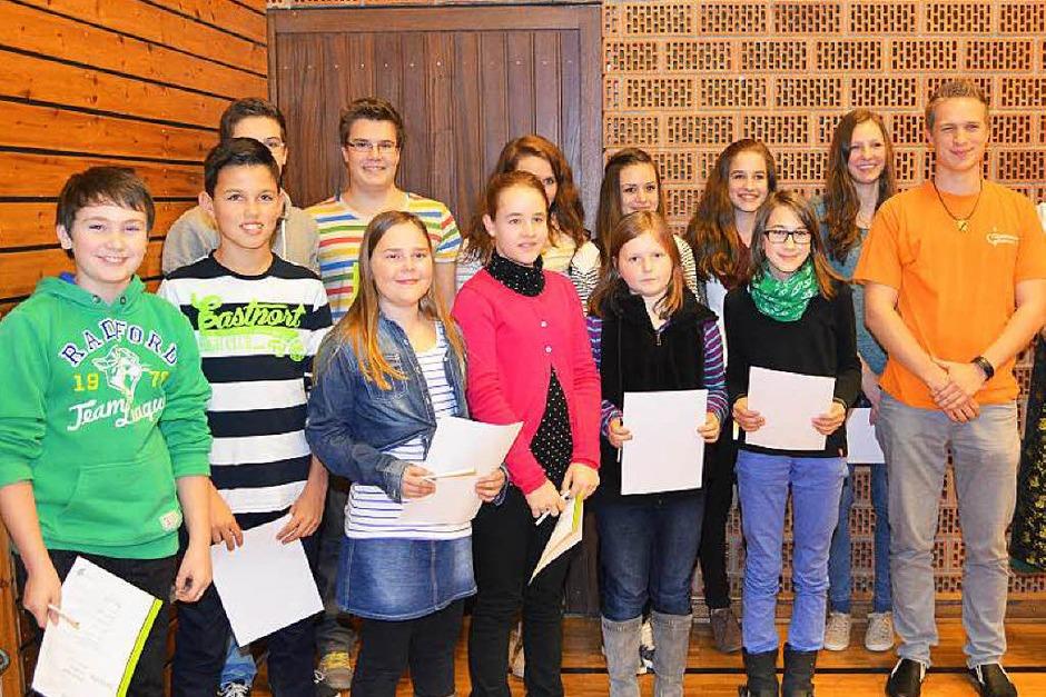 Leistungsabzeichen für zwölf Mädchen und Jungen der Bläserjugend Biederbach, Vorsitzender Kay Piotrowski und Sophia Rissler (Foto: Nikolaus Bayer)
