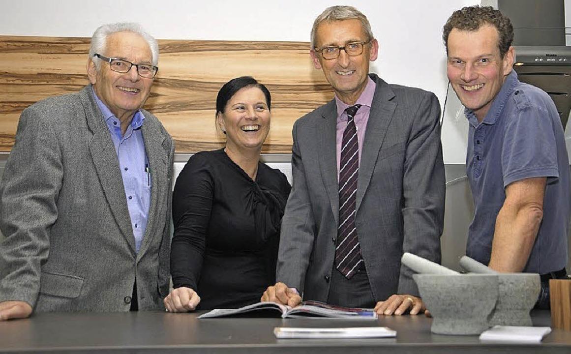Armin Schuster (dritter von links) fre...s) Erwin, Sabine und Matthias  Bucher.  | Foto: privat