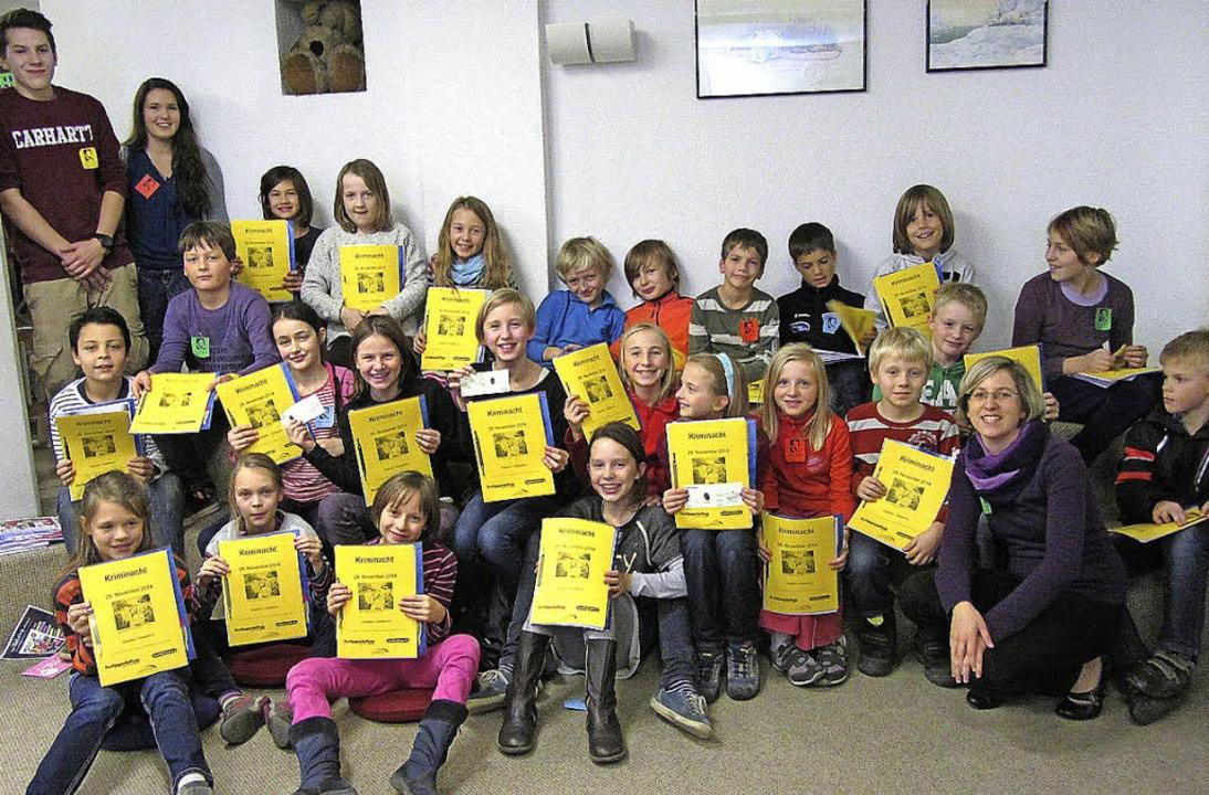 Eine Detektivmappe erhielten alle Kind...der Kriminacht in der Stadtbibliothek.    Foto: zVg