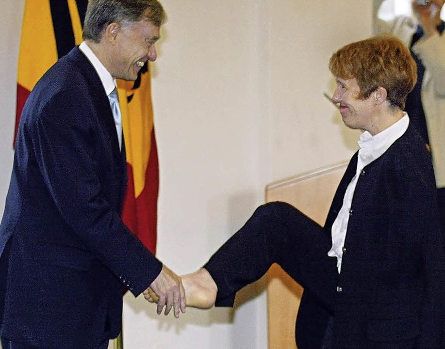 Wirkungsvoll: Mit ihrem Fuß bedankt si...erleihung des  Bundesverdienstordens.   | Foto: Dpa