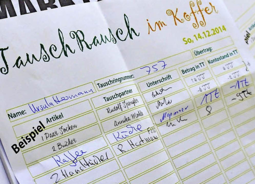 So kann ein Zettel aussehen, auf dem d...m Tausch ihr Soll und Haben eintragen.  | Foto: Michael Bamberger