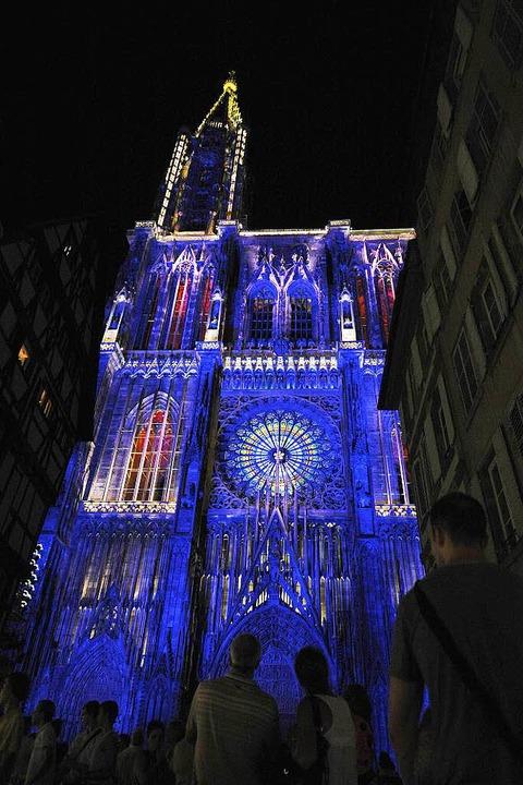 1000 Jahre:Straßburger Münster  im blauen Flutlicht  | Foto: JOHANNA LEGUERRE