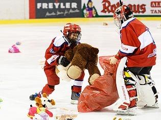 Freiburger Eishockeyfans spenden 2627 Kuscheltiere f�r Kinder in Syrien