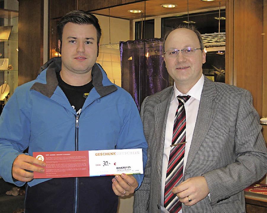 Bernd Wintermantel (rechts) überreicht den Gutschein.     Foto: Verein