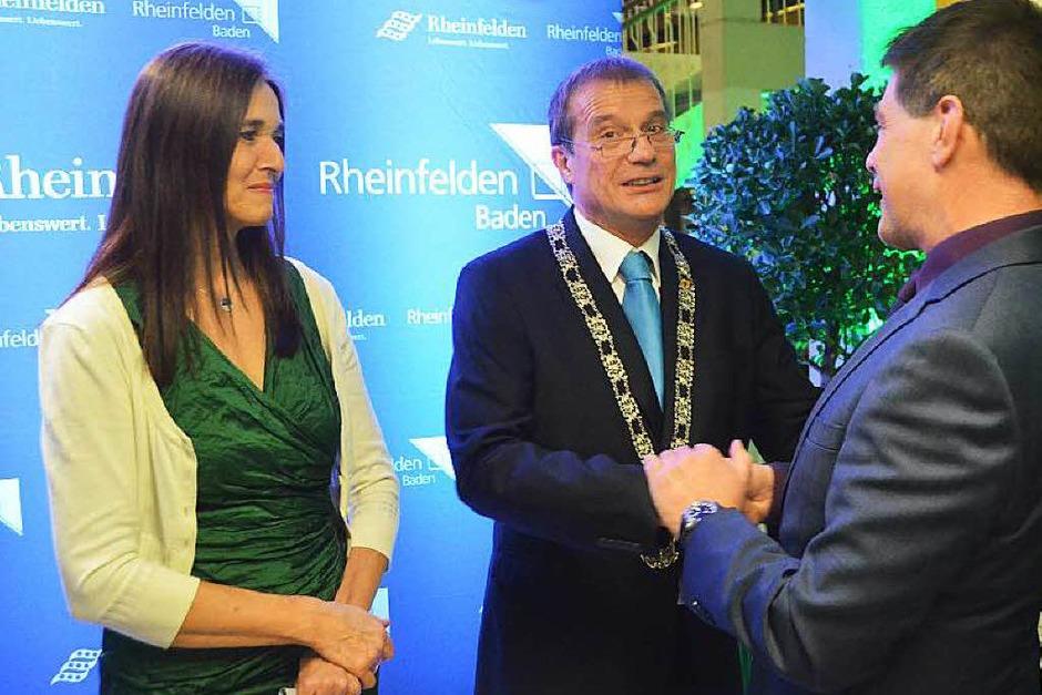 Großes Defilee zur Saalöffnung: OB Klaus Eberhardt und Ehefrau Monika geben jedem Gast zur Begrüßung die Hand. (Foto: Ingrid Böhm-Jacob)