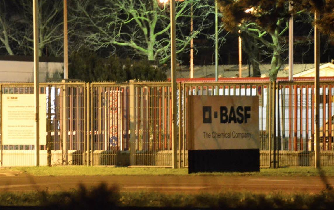 Der BASF-Eingang bei Nacht. Das Untern...hmigt, wogegen sich Widerstand regt.    | Foto: Ralf H. Dorweiler