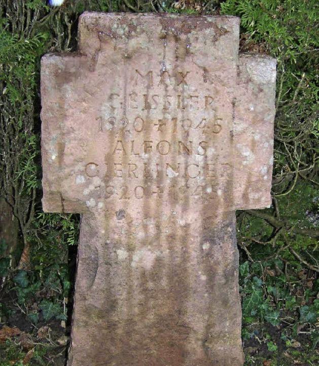 Das Grabkreuz links erinnert an zwei i... Jurist für deren Rehabilitierung ein.  | Foto: Fotos: Timm; dpa/Goettert