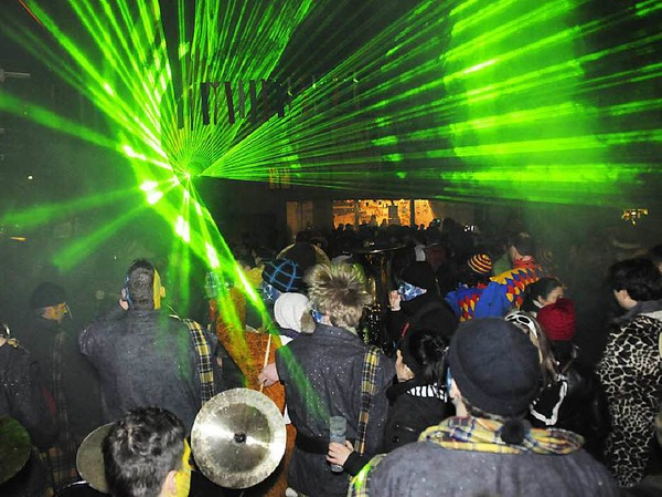 Eine noch nie dagewesene Laser-Show tobte am Sonntagmorgen um Mitternacht über den begeisterten Besuchern der Festmeile des 35. Kleggau-Narrentreffens in Weizen.