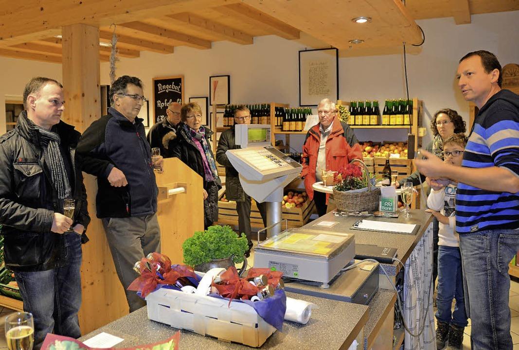 Sekt und Informationen darüber, was di... Gemeinderäte im Hofladen Schopferer.   | Foto: Sigrid Umiger