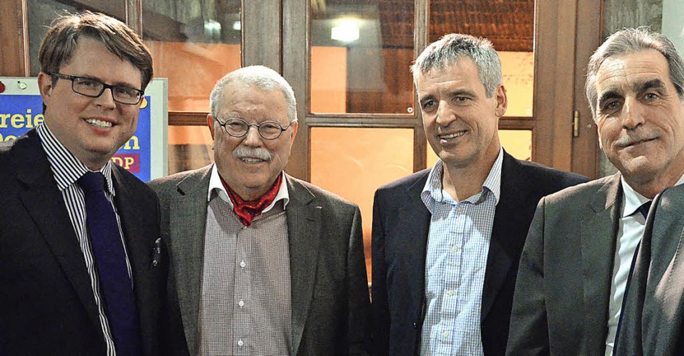 Bürgermeister  Tobias Benz (von links)..., Valentin Weislämle und  Harry Vogt.   | Foto: Martina Proprenter