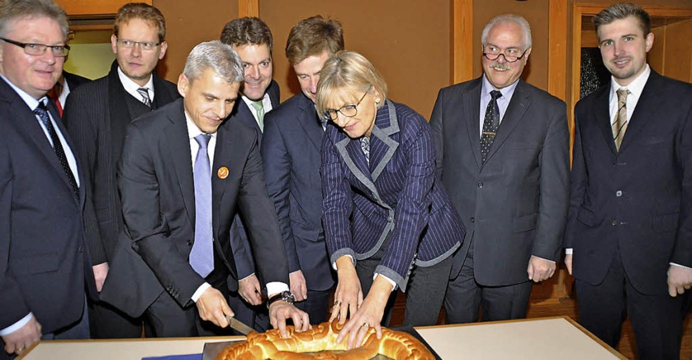 Brezel-Schneiden mit Dame (von links):...s mit Landrätin Dorothea Störr-Ritter   | Foto: Steckmeister