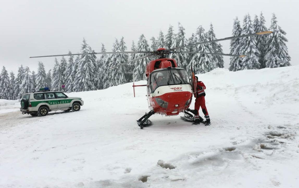 Die Bergretter sind am Feldberg und am...erem mit Hubschraubern und Suchhunden.    Foto: dpa