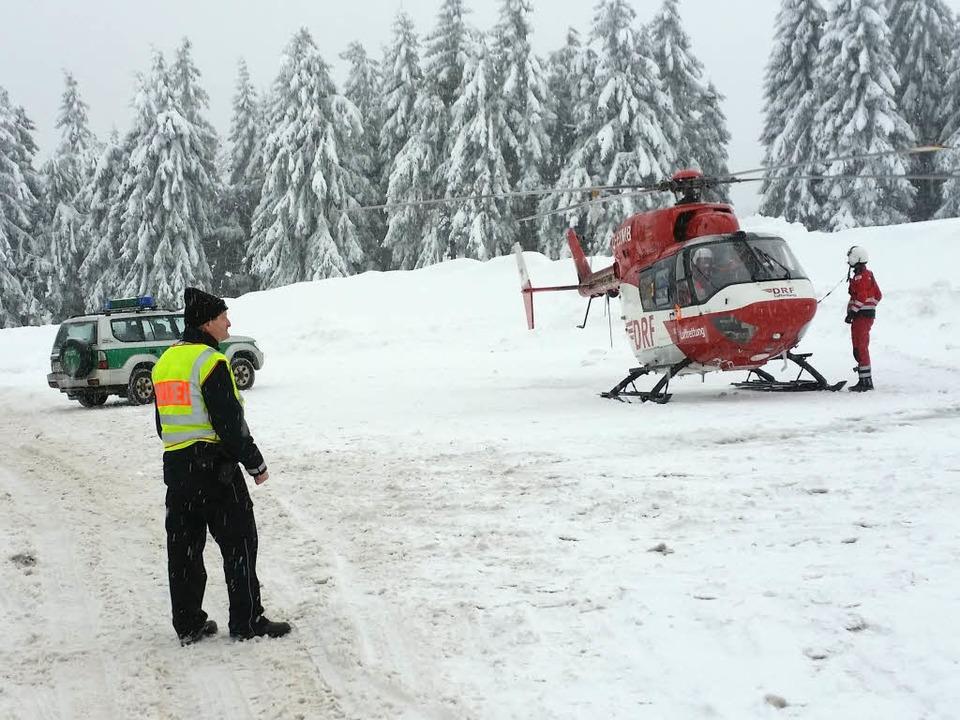 Die Bergretter sind am Feldberg und am...derem mit Hubschrauber und Suchhunden.    Foto: dpa