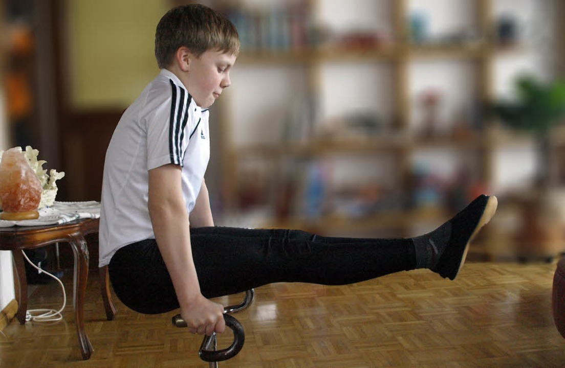 Zu Hause in Herrischried trainiert der...Rad braucht, an einem Brett mit Lenker  | Foto: Karin Stöckl-Steinebrunner