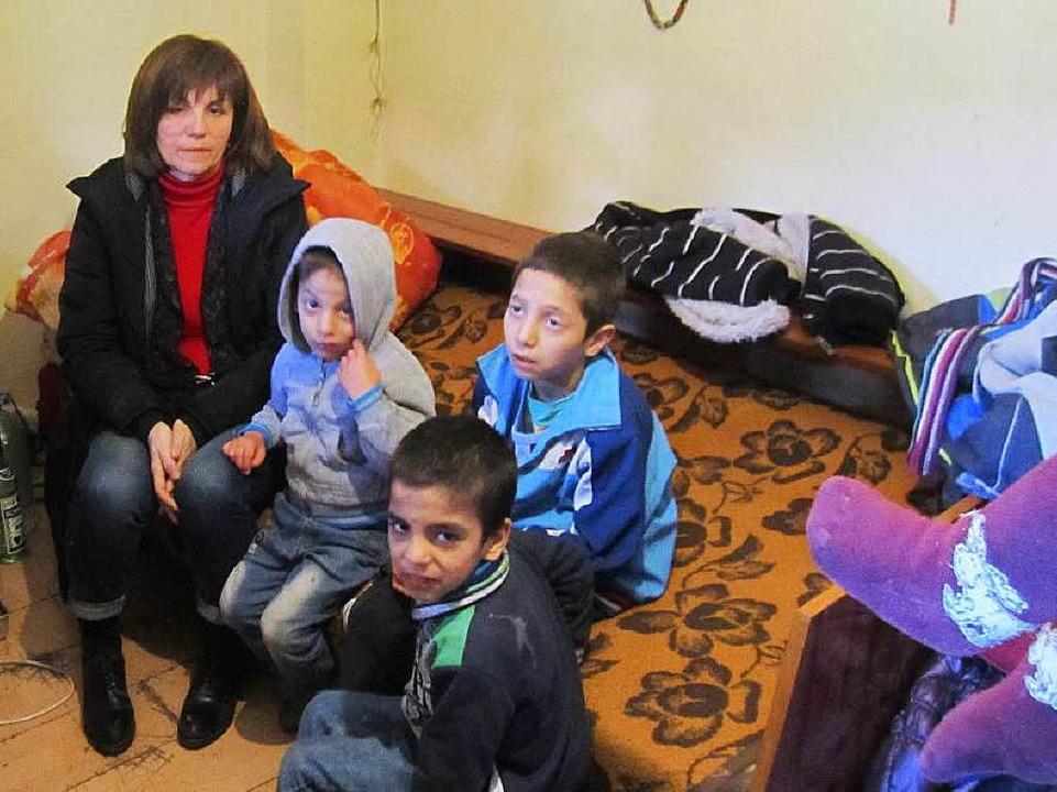 Traurige Blicke: Eine Mitarbeiterin de...der Familie Ametovic  in Nis, Serbien.  | Foto: dpa