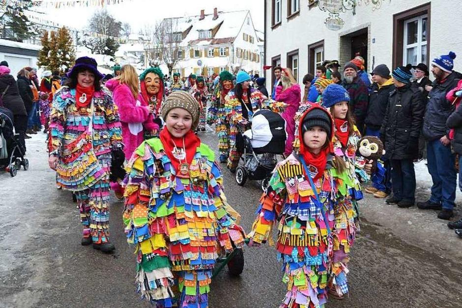 <Text>Die Lumpenmännle aus Hölzlebruck laufen gerne im Friedenweiler Umzug mit, denn sie haben ihren Ursprung im Ort. </Text> (Foto: Liane Schilling)