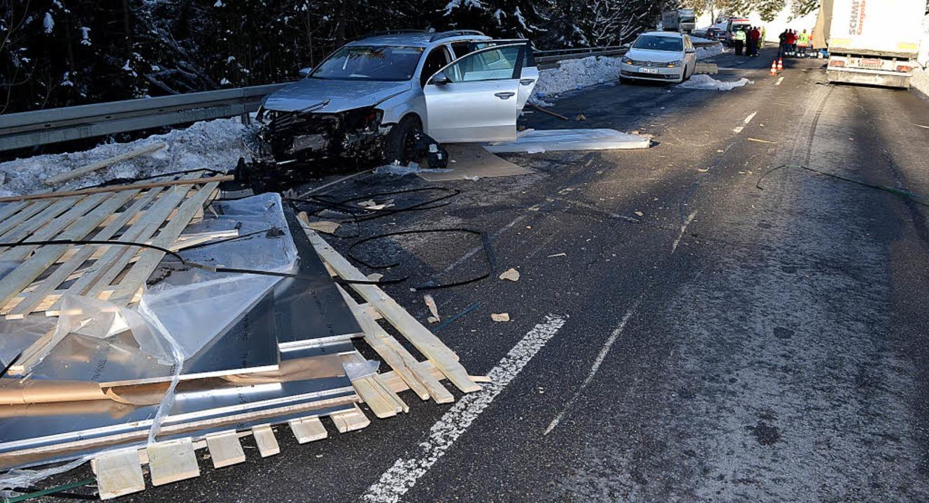 Schwere Stahlplatten krachen aus einem...hsteige bei Neustadt leicht verletzt.   | Foto: Kamera 24