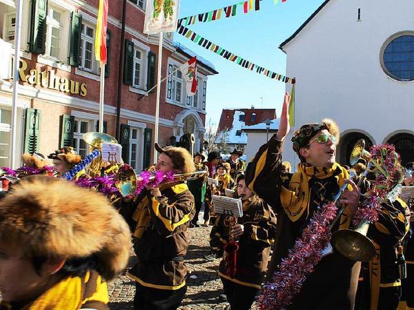 Stadtmusik Lenzkirch spielt für die neuen Machthaber auf.