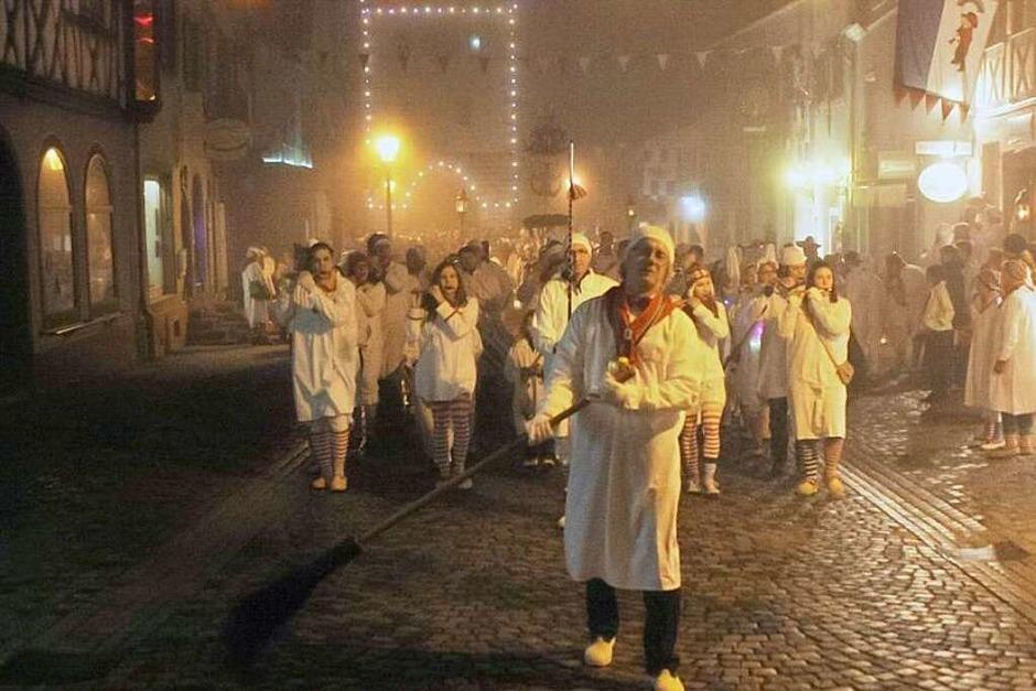 Tausende von Hemdglunkern feierten am Donnerstagabend mit den Endinger Narren den Start in die Fasnet. Besenmann Gerd Rosswog führte den Zug an (Foto: Martin Wendel)