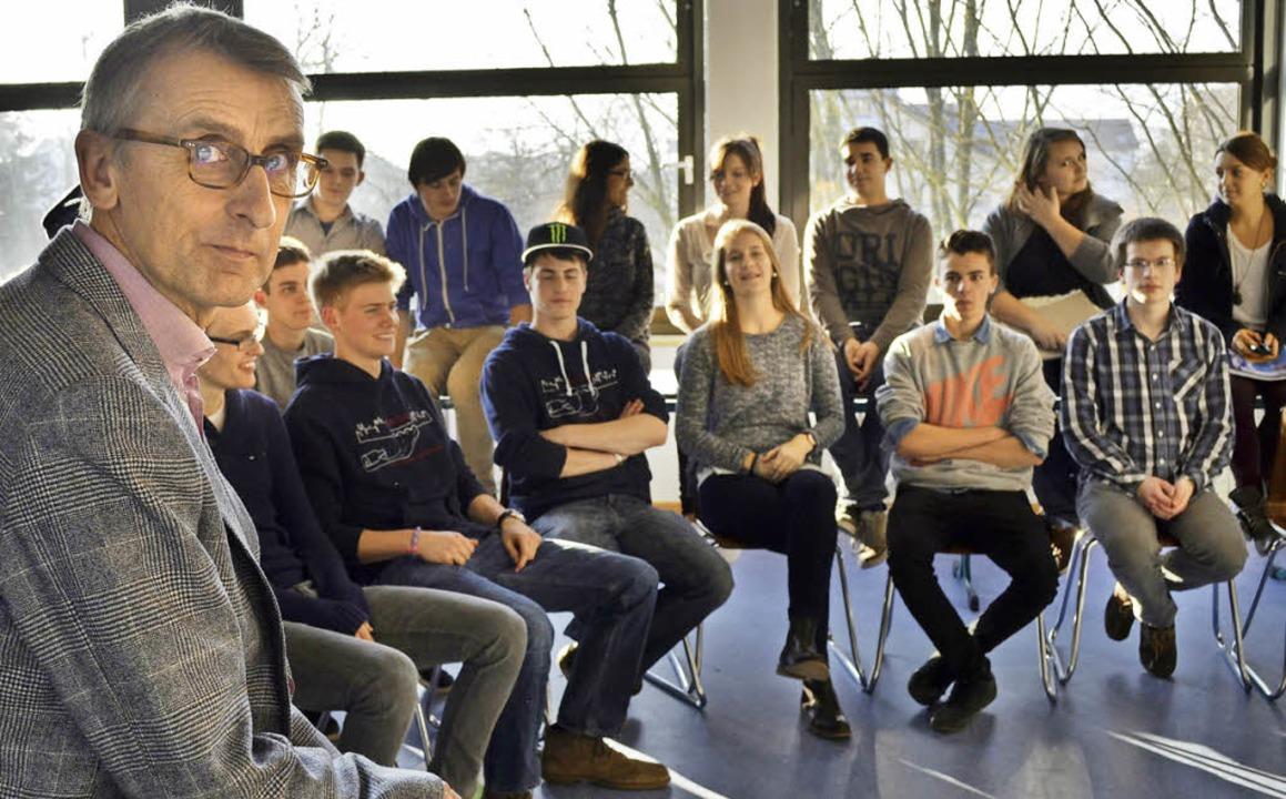 Bundestagsabgeordneter Armin Schuster ... Schüler im Georg-Büchner-Gymnawsium.   | Foto: Friederike Nottbrock