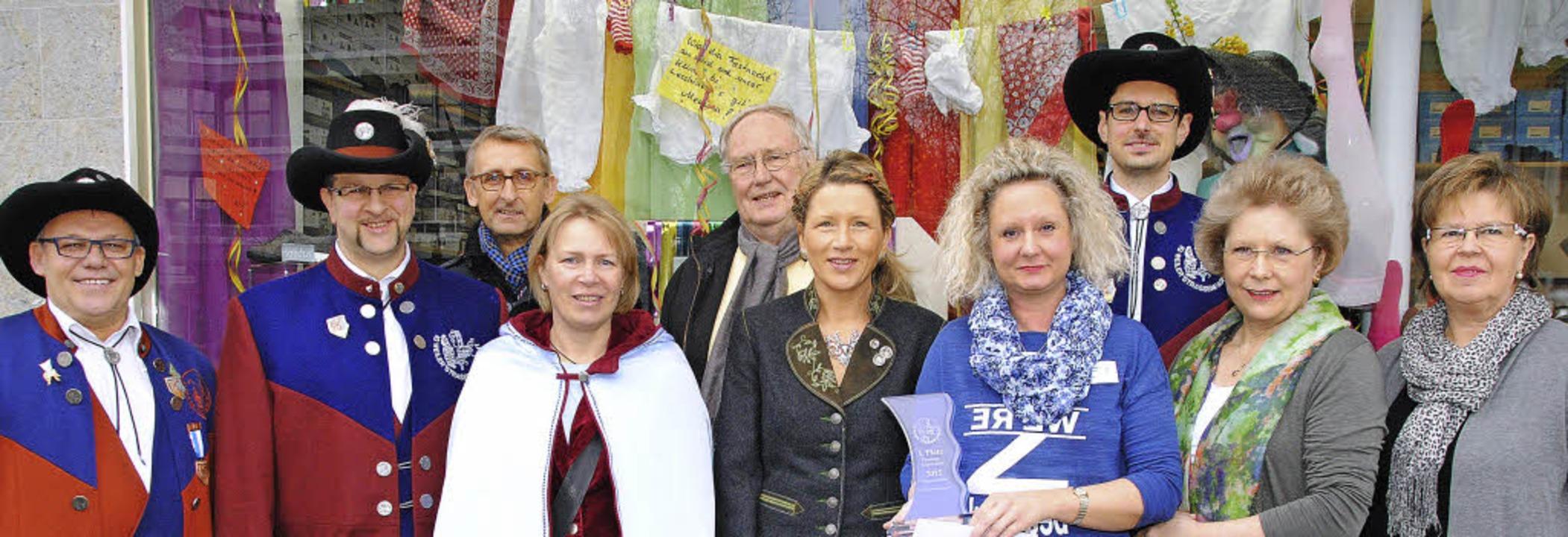 Karin Filipowitz, Inhaberin Annemarie ...haufensterwettbewerb entgegen nehmen.   | Foto: SEDLAK