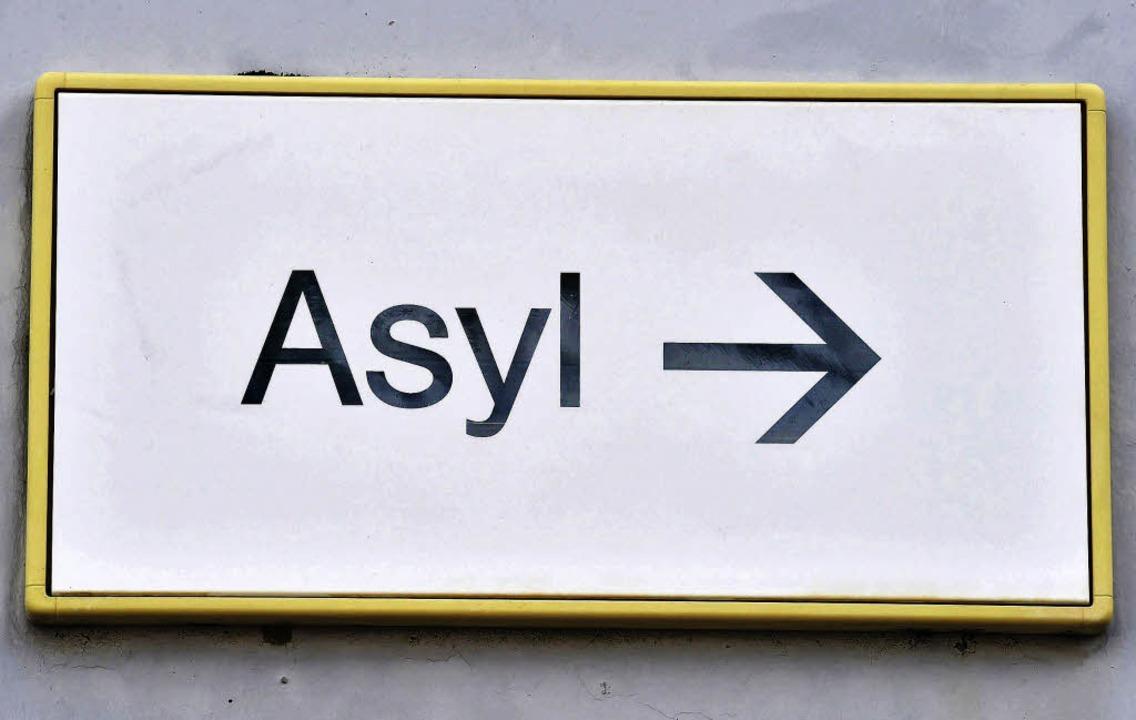 Da geht's lang zum Asyl – aber so einfach ist das nicht.     Foto: dpa