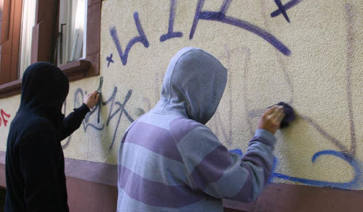 Zwei zu Sozialstunden verurteilte Juge...gen an einem Aktionstag eine Hauswand.  | Foto: Rita Eggstein