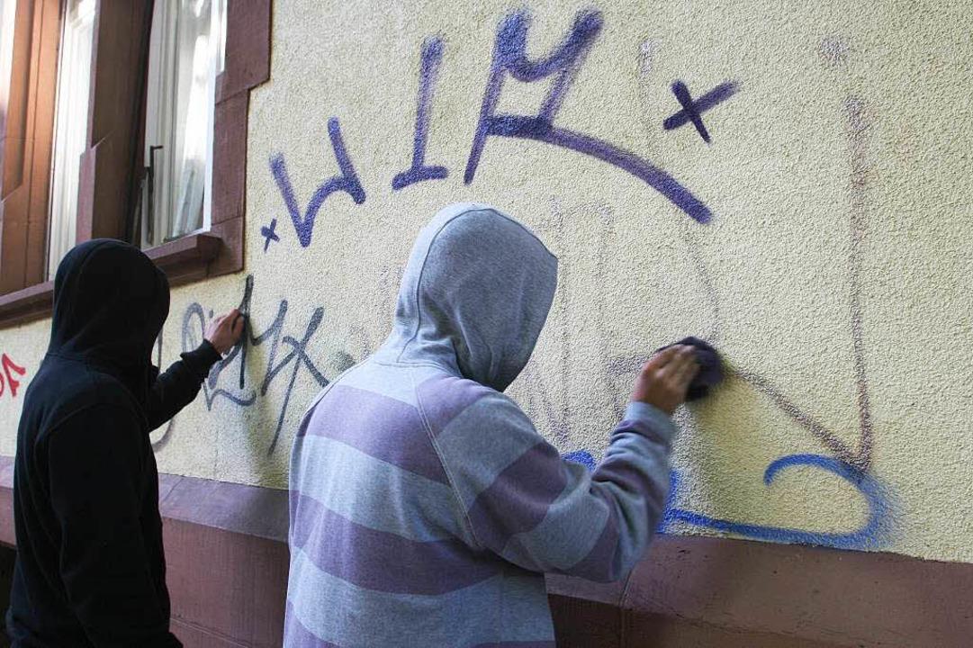 Zwei zu Sozialstunden verurteilte Juge...gen an einem Aktionstag eine Hauswand.    Foto: Rita Eggstein