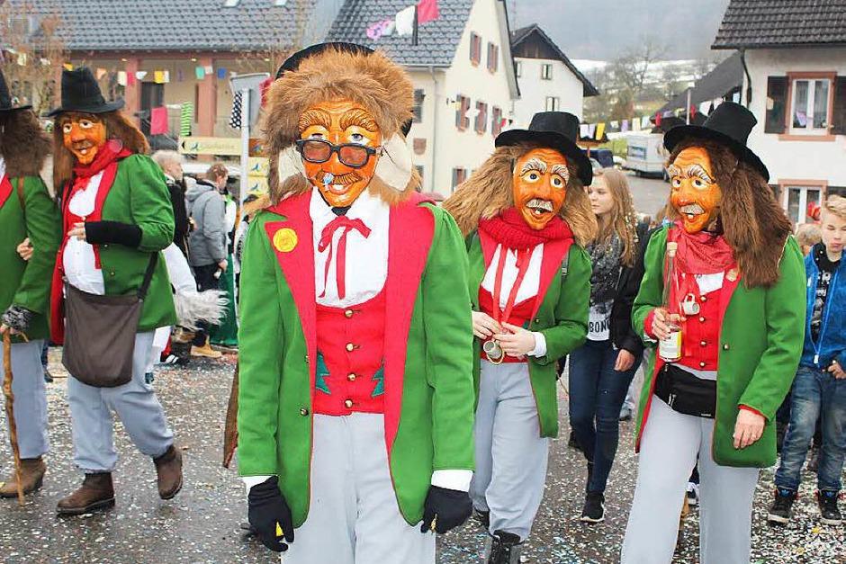 Zottelige, tierische und wilde Gestalten zogen beim Umzug der Haseler Buurefasnacht durchs Dorf. Die Zuschauer waren vorm Schabernack der Narren nicht sicher. (Foto: Anja Bertsch )