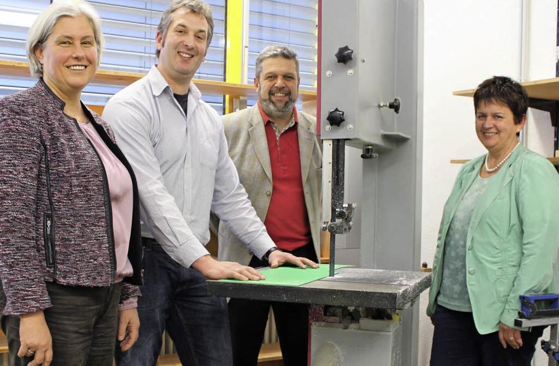 Birgitta Stephan (links) und Renate He...Michael Scharf unterstützen sie dabei.  | Foto: Martha Weishaar