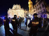 Pegida-Leute bedrohen Fl�chtlingscamp in Dresden