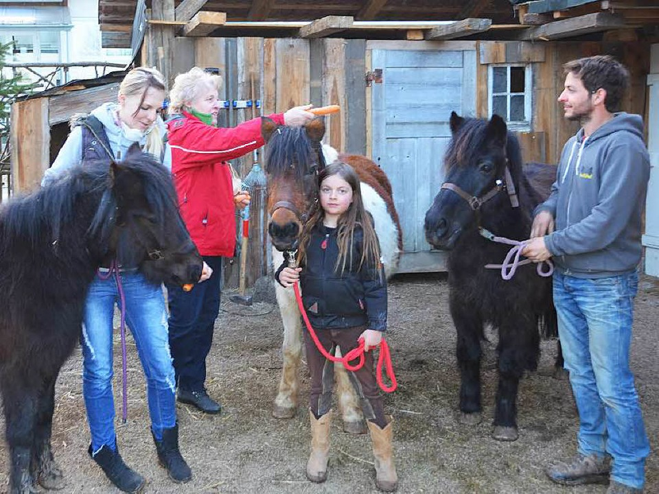 Heike Zanon, Karola Hannes vom Tiersch...ufig  in Unadingen untergebracht sind.  | Foto: Martin Wunderle