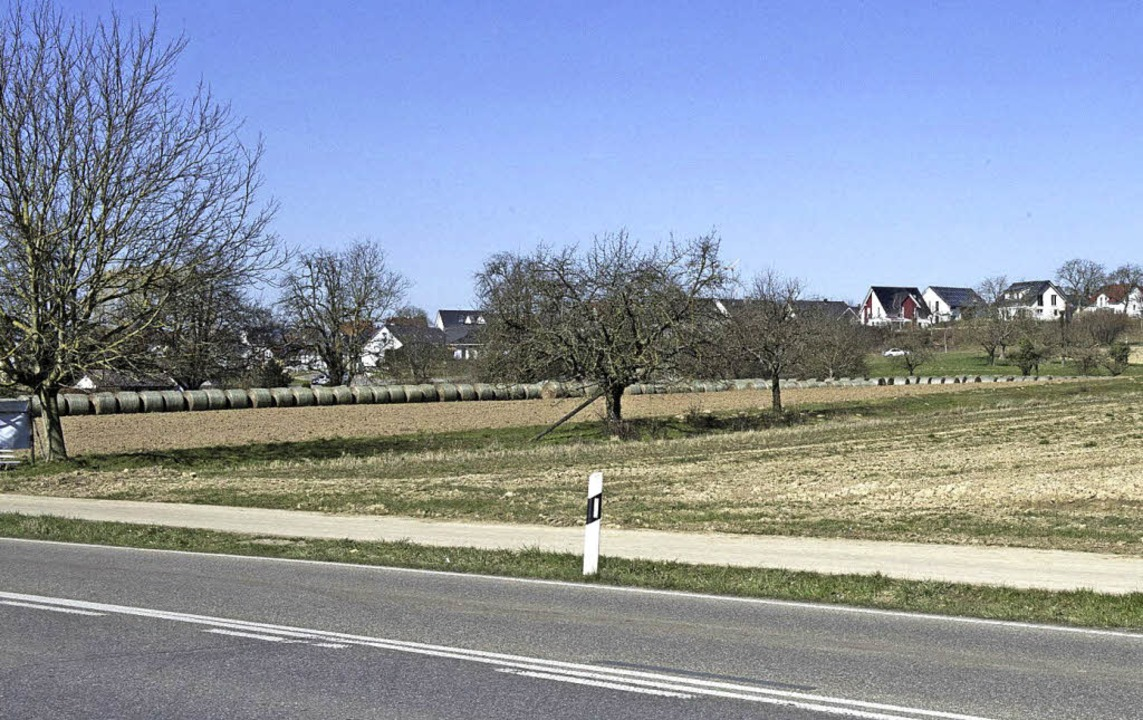 """Noch ist hier freies Feld, das soll si...et """"Am langen Rain"""" steht.    Foto: Volker Münche"""