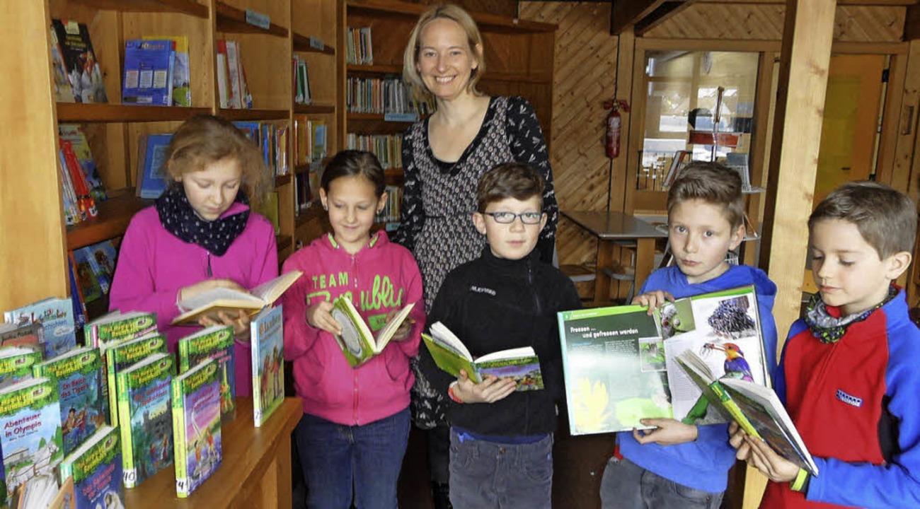 In der Bücherei der Sommerbergschule B... richtigen Bücher für sich gefunden.      Foto: JOSEF FALLER