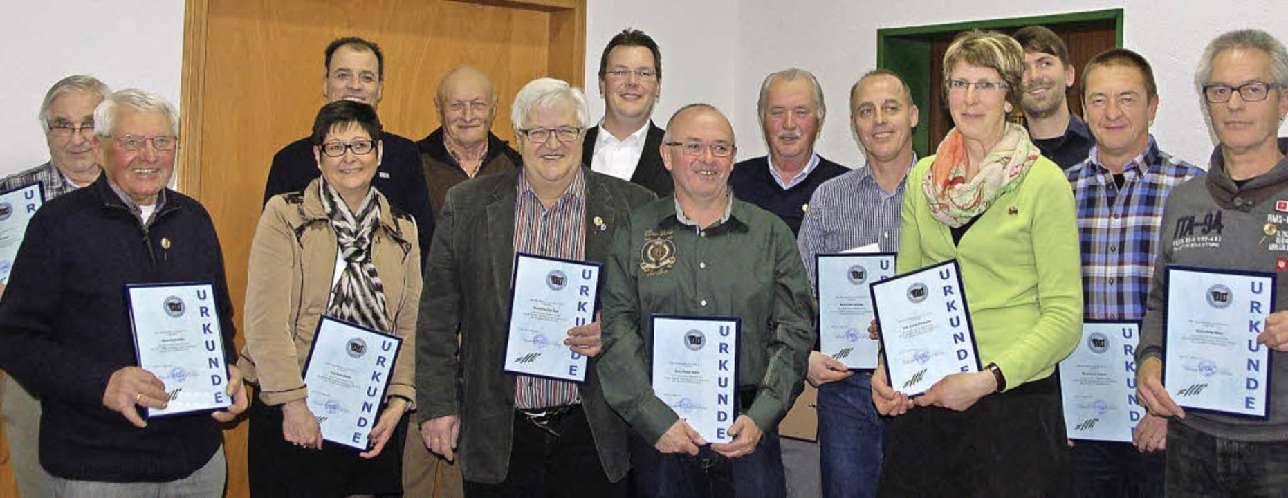 Gründungsmitglieder und 40 Jahre Aktive des Akkordeonclubs Reute wurden geehrt.     Foto: Pia Grättinger
