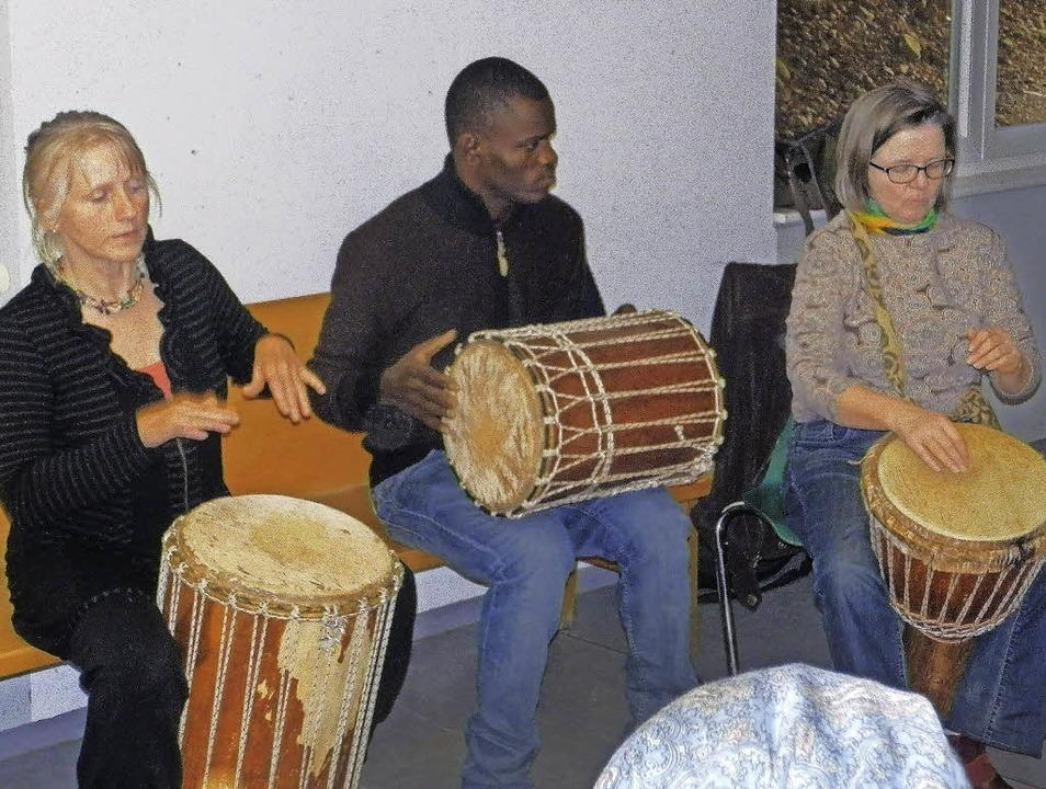 In Kirchzarten hat sich auf Initiative...terkultureller Trommelkreis gebildet.   | Foto: Hartwig Kluge
