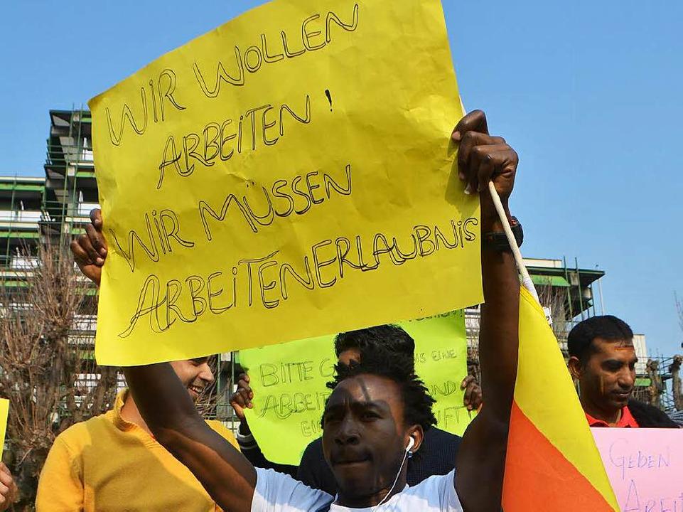 Asylbewerber fordern vor dem Rathaus, ...en der Ausländerabteilung zu bekommen.    Foto: Peter Gerigk
