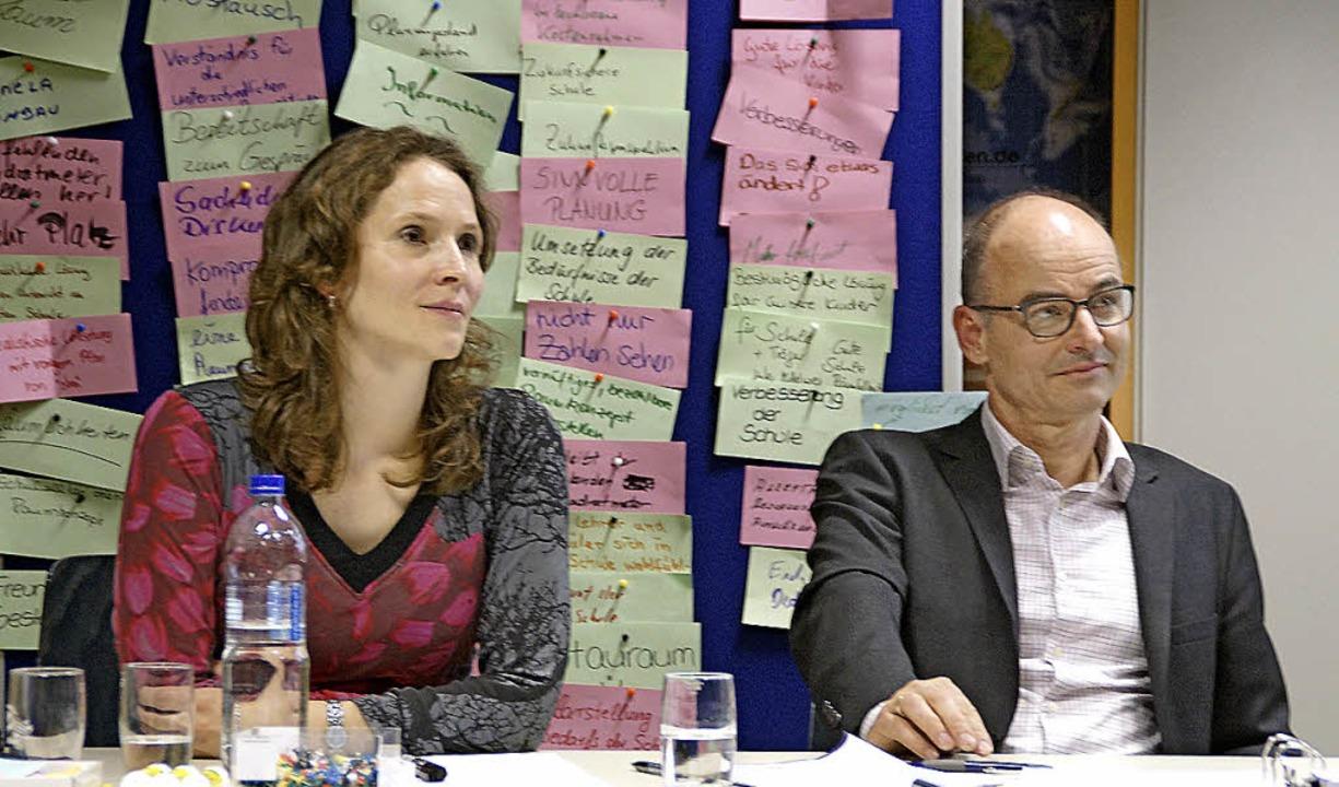 Die neutralen Moderatoren Sonja Saad u...  beruhigten die aufgeheizten Gemüter.  | Foto: Verena Wehrle