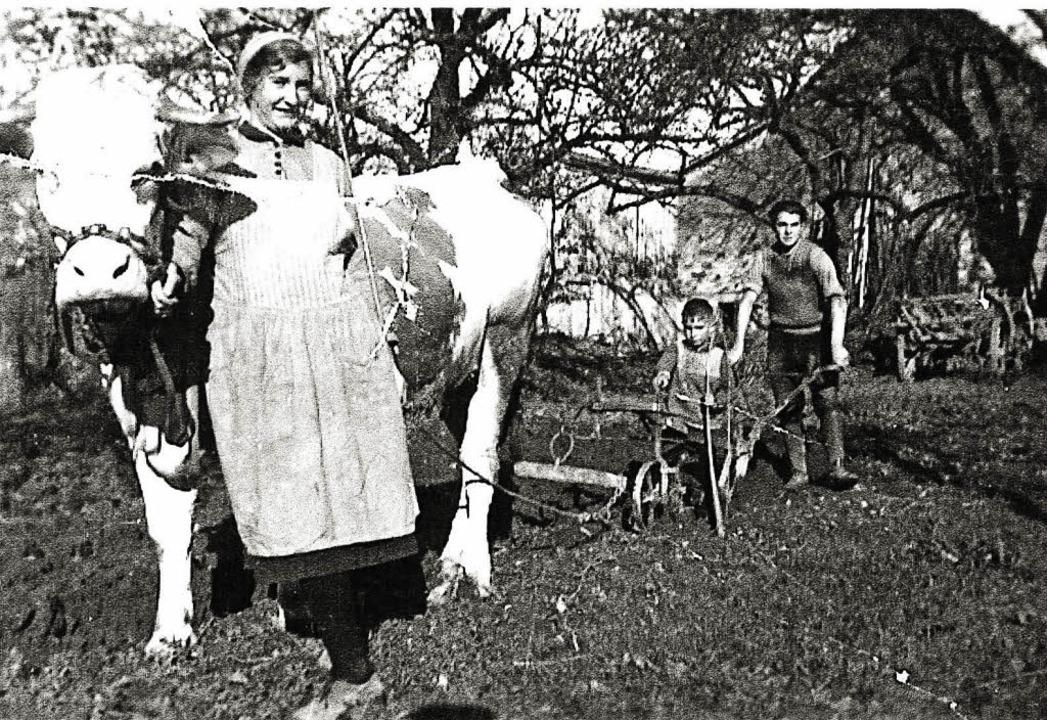 Maria Burger bei der Feldarbeit mit Ge...r am Pflug, auf dem Erwin Schopp sitzt  | Foto: privat