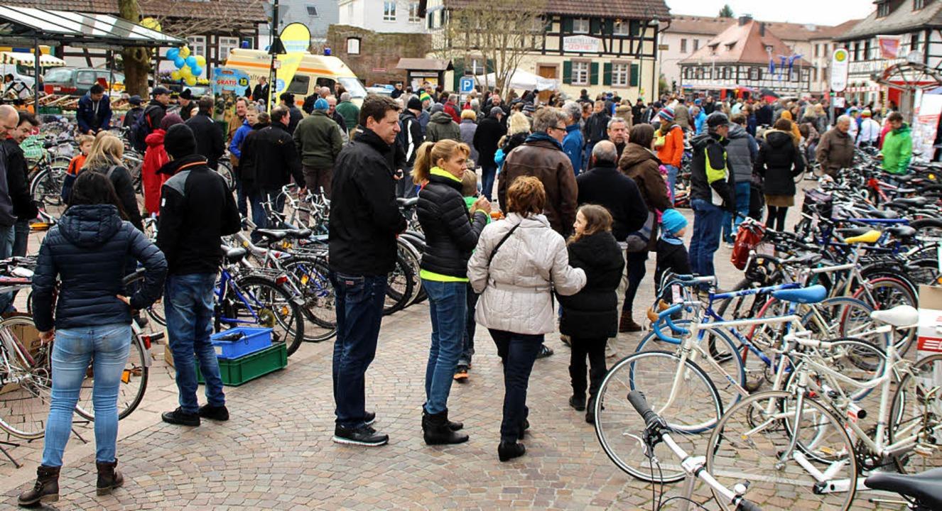 Hunderte Fahrräder wurden beim Frühlin...enjäger tummelten sich auf dem Markt.     Foto: Anja Ihme