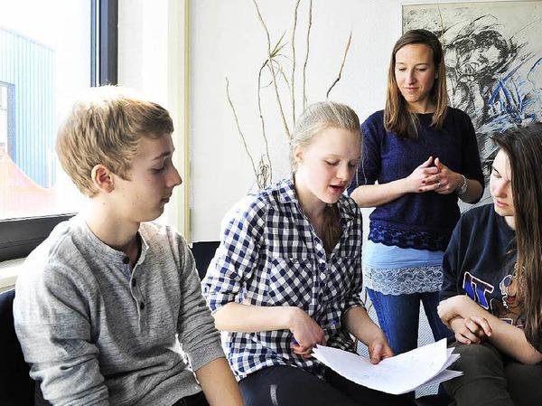 Vier Teams arbeiten am Rap-Text. Hier die Gruppe von Ferdinand, Clara und Milena. Im Hintergrund Workshop-Leiterin Lena Knobloch.