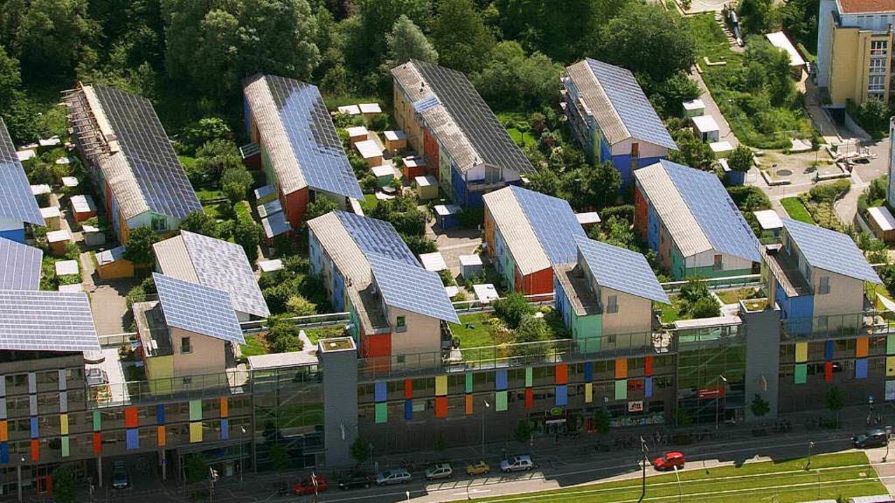 Der Blick von oben zeitigt ein anderes...bei dem Freiburger Stadtteil Vauban...  | Foto: Vidicom