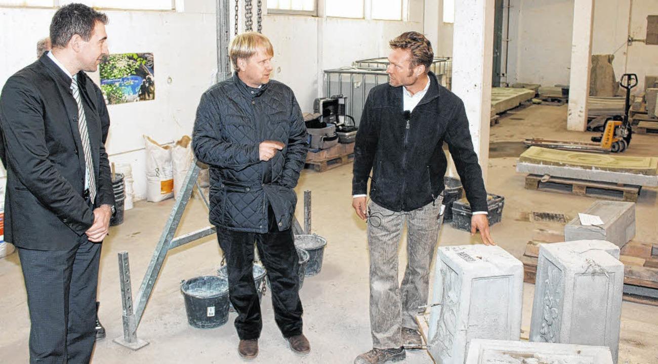 Oberbürgermeister Erik Pauly begutacht...r Halle unter der Reitturniertribüne.   | Foto: Michael Pohl