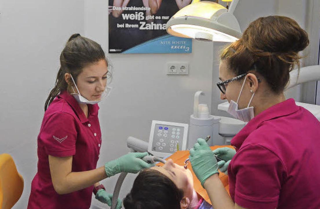 Zehntklässlerin Selma Turgut (links) a...beim Zahnarzt, hier mit dem Absauger.   | Foto: Marleen Helmert