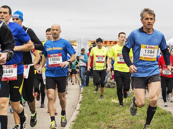 Tausende L�uferinnen und L�ufer nehmen den Freiburg-Marathon 2015 unter die Sportschuhe.