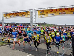 Marathon: Der Massenstart an der Freiburger Messe im Video