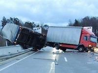 Kein Zugverkehr im H�llental - Lkw auf Gel�nder gefegt