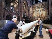 Helfer h�ngen das 400 Jahre alte Fastentuch im M�nster ab